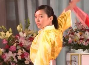 真剣な表情で天父報恩鼓を披露する琴美さん - コピー